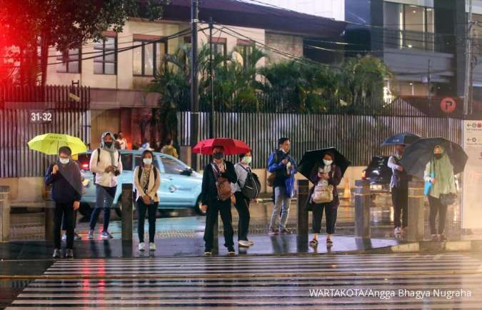 Cuaca hari ini di Jabodetabek hujan merata, awas petir juga angin kencang