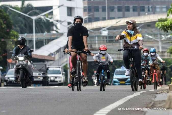 Pesepeda melintas di Jalan Jenderal Sudirman, Jakarta, Jumat (30/10/2020).