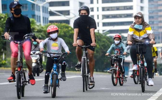 Pesepeda melintas di Jalan Jenderal Sudirman, Jakarta