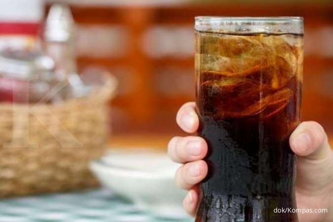 Menghindari minuman manis bisa jadi salah satu cara menghilangkan kerutan di wajah.