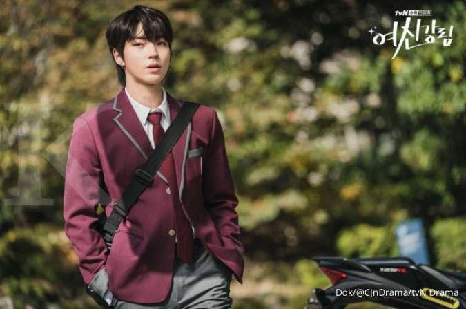 Hwang In Yeob bahas aktingnya yang memakai seragam di drama Korea True Beauty.