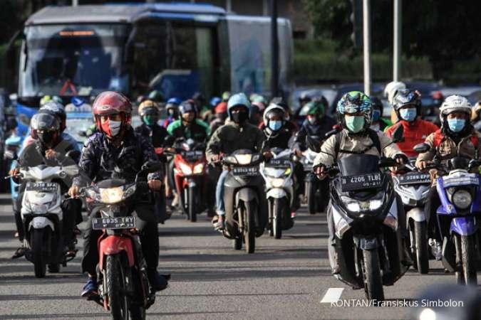 Sejumlah pengendara motor dengan tertib menggunakan masker saat melintas di kawasan MH. Thamrin, Jakarta, Selasa (8/12/2020).