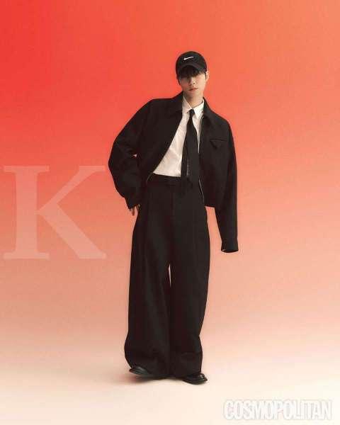 Hwang In Yeob di Cosmopolitan bahas aktingnya yang memakai seragam di drama Korea True Beauty.