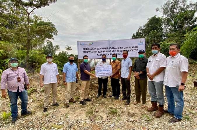 PT Perkebunan Nusantara V (PTPN V) salurkan bantuan program bina lingkungan untuk perbaikan jalan di Desa Pendalian Kecamatan Pendalian IV Koto, Rokan Hulu, Riau.