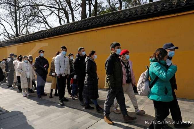 Warga mengenakan masker di Wuhan