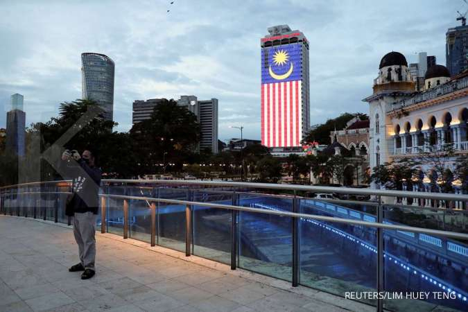 Warga mengenakan masker di Kuala Lumpur Malaysia