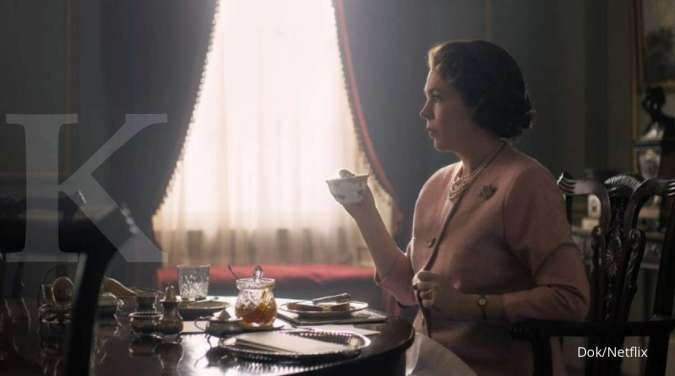 Olivia Colman dalam serial The Crown di Netflix.