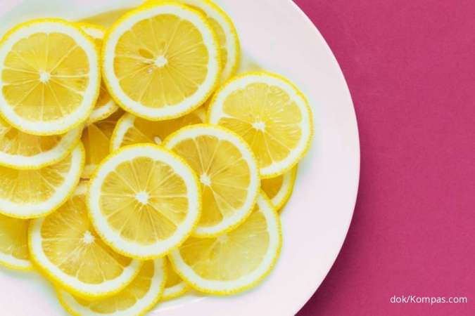 Salah satu cara diet alami adalah dengan mengonsumsi lemon dan madu.