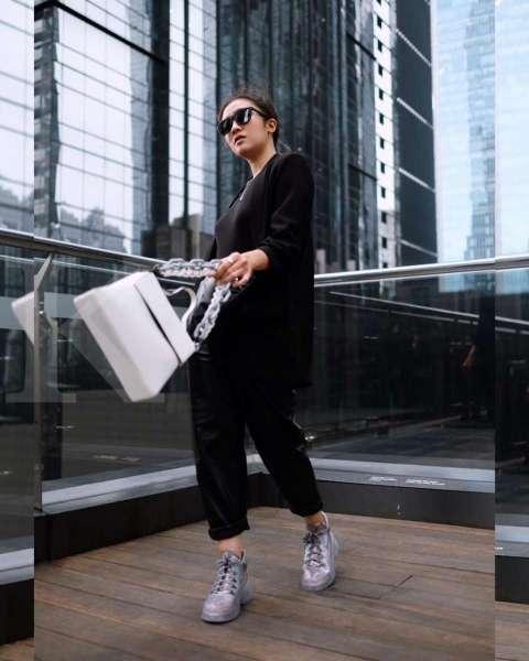 """Febby Rastanty tampil """"shiny"""" dengan sepatu dan tas putih mengkilat koleksi awal tahun Charles & Keith."""