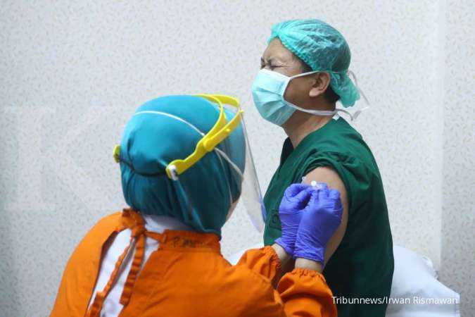 Petugas medis menyuntikkan vaksin Covid-19. Tribunnews/Irwan Rismawan