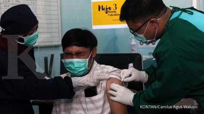 Vaksinator menyuntikan vaksin Covid-19 kepada tenaga kesehatan di Puskesmas Jurang Mangu Pondok Aren Tangerang Selatan, Jumat (15/1)./pho KONTAN/Carolus Agus Waluyo/15/01/2021.