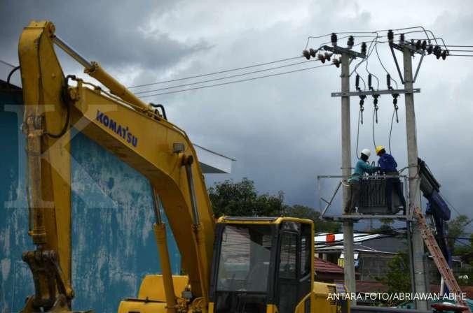 Pegawai PLN memperbaiki jaringan listrik yang rusak pascagempa bumi di Kabupaten Mamuju, Sulawesi Barat, Minggu (17/1/2021).
