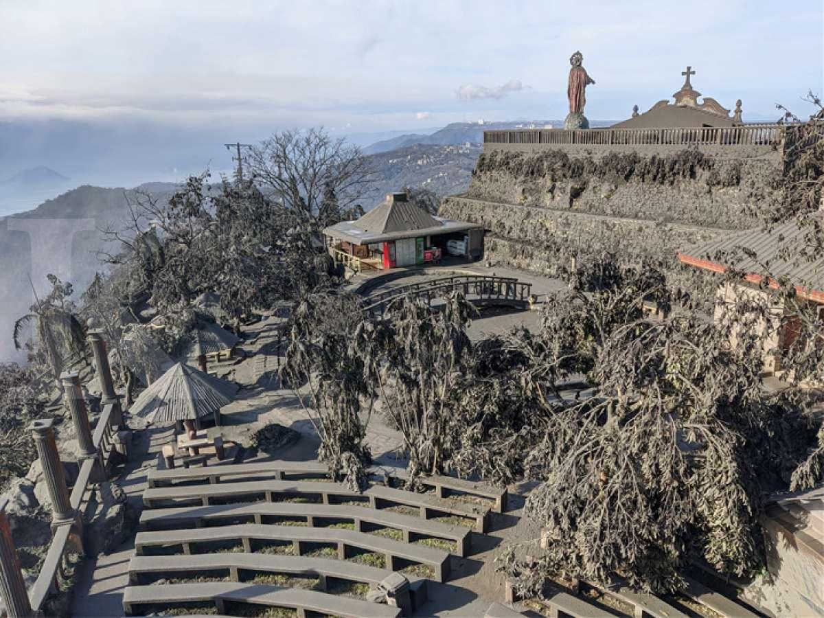 Kelabunya letusan Gunung Taal