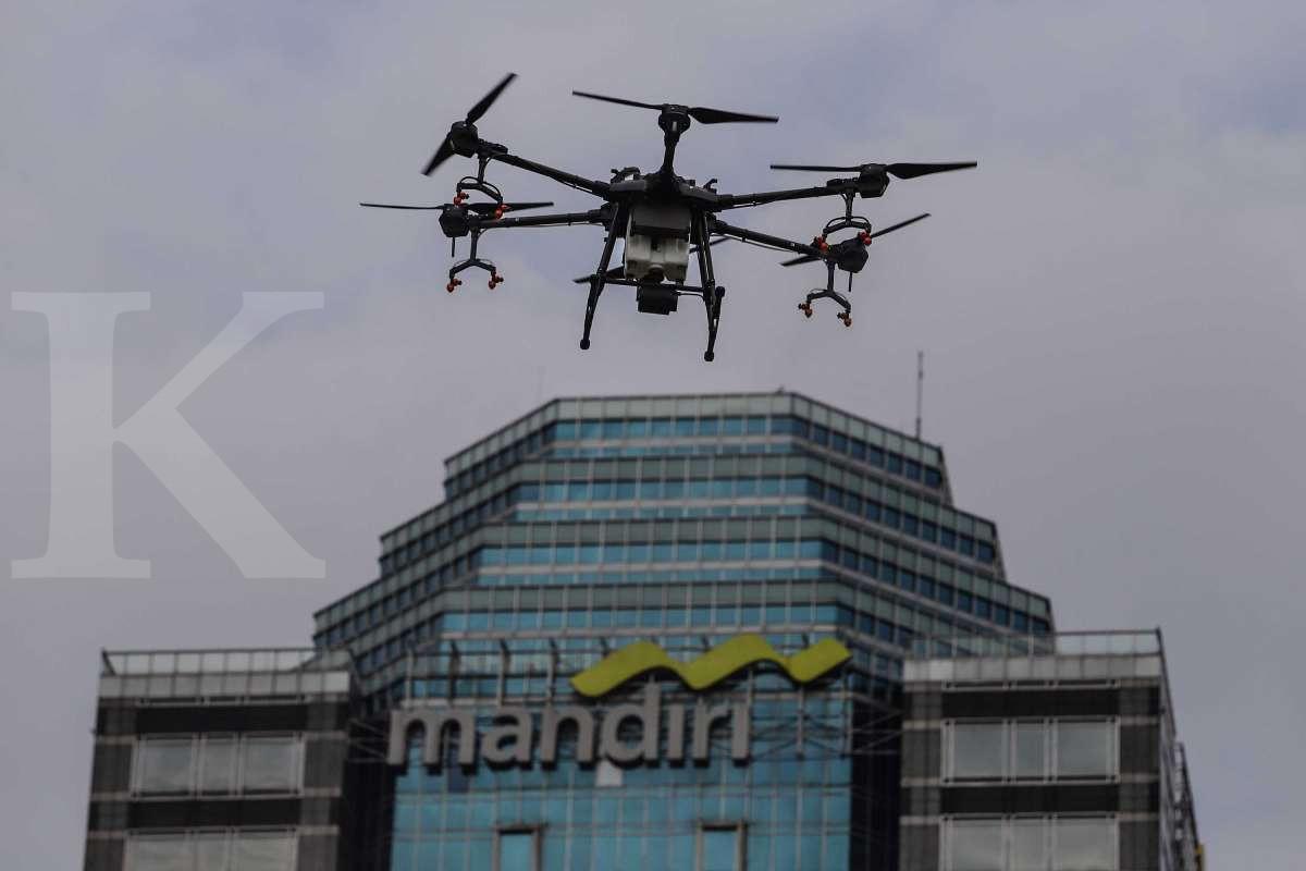 Semprot disinfektan dengan drone di Jakarta